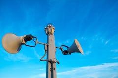 Deux haut-parleurs et lampes d'alarme sont installés sur la colonne Images libres de droits