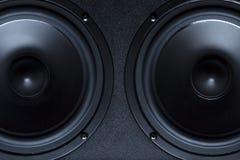Deux haut-parleurs noirs Image stock