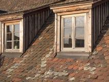 Deux hautes fenêtres typiques de toit de baie Réflexion sur les verres dedans Photo libre de droits