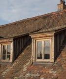 Deux hautes fenêtres typiques de toit de baie Réflexion sur les verres dedans Image libre de droits