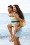 Deux heureux ayant la date sur la plage sablonneuse Image stock