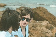 Deux heureux, filles de sourire sur la plage Sensation de joie entre deux amis Photographie stock libre de droits