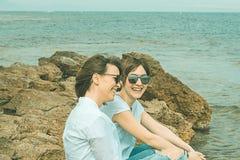 Deux heureux, filles de sourire sur la plage Sensation de joie entre deux amis Images libres de droits