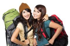 Deux heureux jeune fille partant en vacances Photos libres de droits