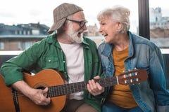 Deux heureux retraités appréciant les bruits préférés Image stock