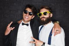 Deux hommes élégants posant heureusement Photo stock