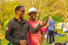 Deux hommes africains prenant un selfie à l'événement de vin Image libre de droits