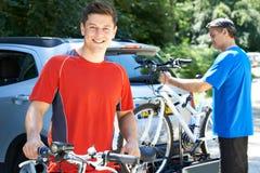 Deux hommes allant sur le cycle montent ensemble Photos stock