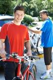 Deux hommes allant sur le cycle montent ensemble Photos libres de droits
