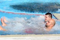 Deux hommes appréciant le bain moussant de baquet chaud de jacuzzi extérieur Images stock