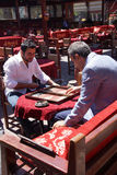 Deux hommes appréciant un jeu de backgammon Photographie stock