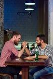 Deux hommes Armwrestling dans la barre Image libre de droits