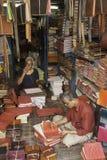 Deux hommes au travail dans leur librairie Photo stock
