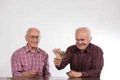 Deux hommes avec des euros dans des mains image stock
