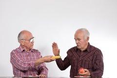 Deux hommes avec des fruits photographie stock libre de droits