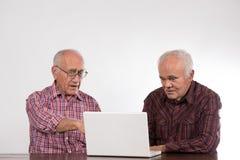 Deux hommes avec l'ordinateur portable blanc images libres de droits