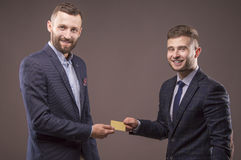 Deux hommes avec la carte dans les mains de photographie stock libre de droits