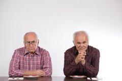 Deux hommes avec les plats vides photographie stock
