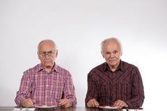 Deux hommes avec les plats vides image stock