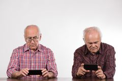 Deux hommes avec les téléphones intelligents images stock