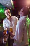 Deux hommes ayant la bière à la barre Photos stock