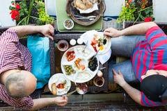 Deux hommes ayant une discussion au-dessus de petit déjeuner Photo stock