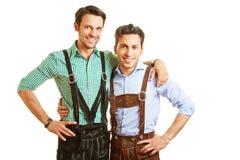 Deux hommes bavarois dans le pantalon en cuir Photographie stock libre de droits