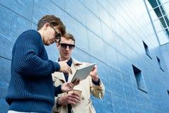 Deux hommes beaux à l'aide de la Tablette Photos libres de droits