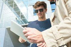 Deux hommes beaux à l'aide de la Tablette au soleil Images stock