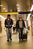 Deux hommes blancs passant par le tunnel souterrain Images libres de droits