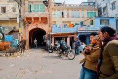 Deux hommes boivent le masala traditionnel de thé sur la rue indienne sale Images stock