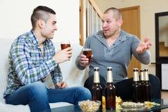 Deux hommes buvant de la bière Photos stock