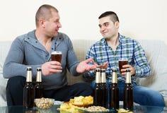 Deux hommes buvant de la bière Photos libres de droits