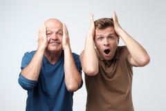 Deux hommes choquant enthousiaste mûr de père et de fils images stock