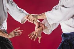 Deux hommes combattant à la formation d'Aikido à l'école d'arts martiaux photos stock