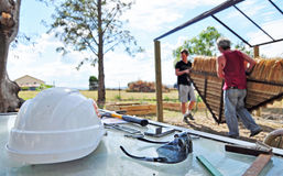 Projet extérieur de rénovation de construction individuelle de bricoleur Photos libres de droits