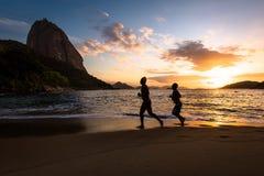 Deux hommes courant dans la plage Photos libres de droits
