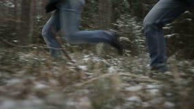 Deux hommes courant par les bois Mouvement lent banque de vidéos
