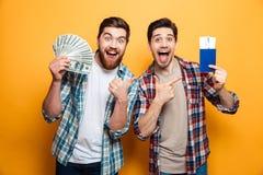 Deux hommes criards heureux disposant à se déclencher tandis que se réjouit Photos stock
