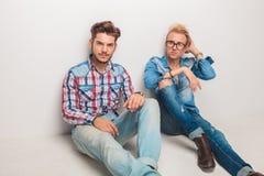 Deux hommes décontractés de mode s'asseyant sur le plancher Images stock