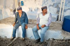 Deux hommes d'âne dans Fira, Santorini photos libres de droits
