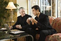 Deux hommes d'affaires à l'hôtel.