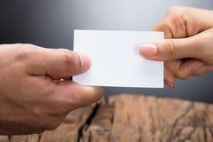 Deux hommes d'affaires échangeant la carte de visite photographie stock libre de droits