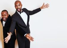 Deux hommes d'affaires afro-américains dans la pose émotive de costumes noirs, g Photographie stock