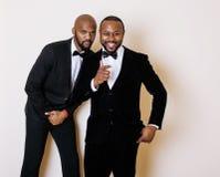Deux hommes d'affaires afro-américains dans les costumes noirs Photographie stock