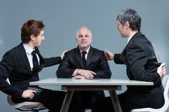 Deux hommes d'affaires ambitieux soutenant leur patron image libre de droits