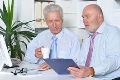 Deux hommes d'affaires aînés Photo stock