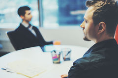 Deux hommes d'affaires au cours de la réunion privée de travail images stock