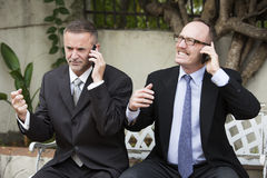 Deux hommes d'affaires au téléphone images libres de droits