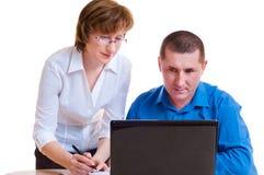 Deux hommes d'affaires avec l'ordinateur portatif Photo libre de droits